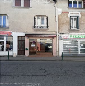 Local commercial plein centre-ville de Puy Guillaume / REF1010